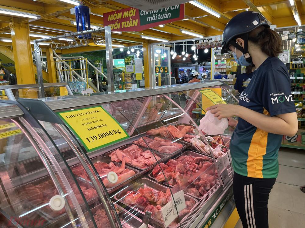 Giá thịt heo bán lẻ vẫn ở mức cao khiến người tiêu dùng băn khoăn tính toán.