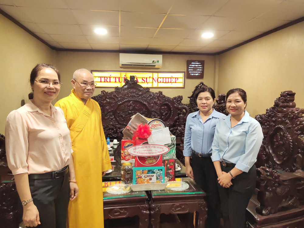 Hòa thượng Thích Lãng Huỳnh - chủ trì chùa Thiên Trúc - đón tiếp đại diện Hội LHPN TP đến thăm và chúc mừng nhân lễ Phật đản