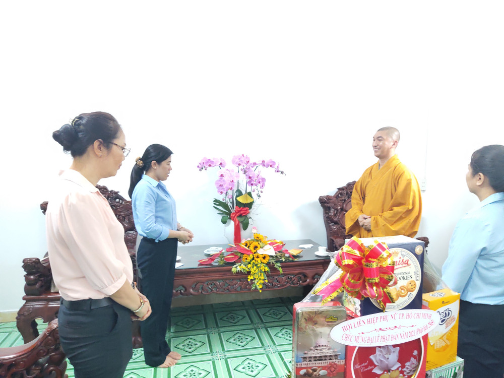Hội LHPN TP đến thăm và chúc mừng trụ trì cùng chư tăng, phật tử chùa Giác Huệ nhân mùa Phật đản