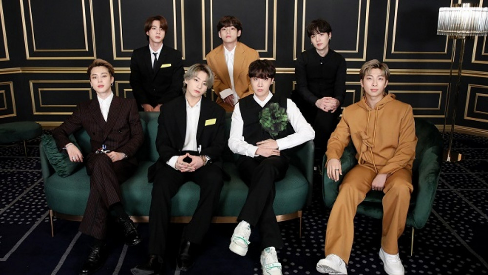 BTS diện trang phục của Louis Vuitton tại lễ trao giải Grammy 2021.