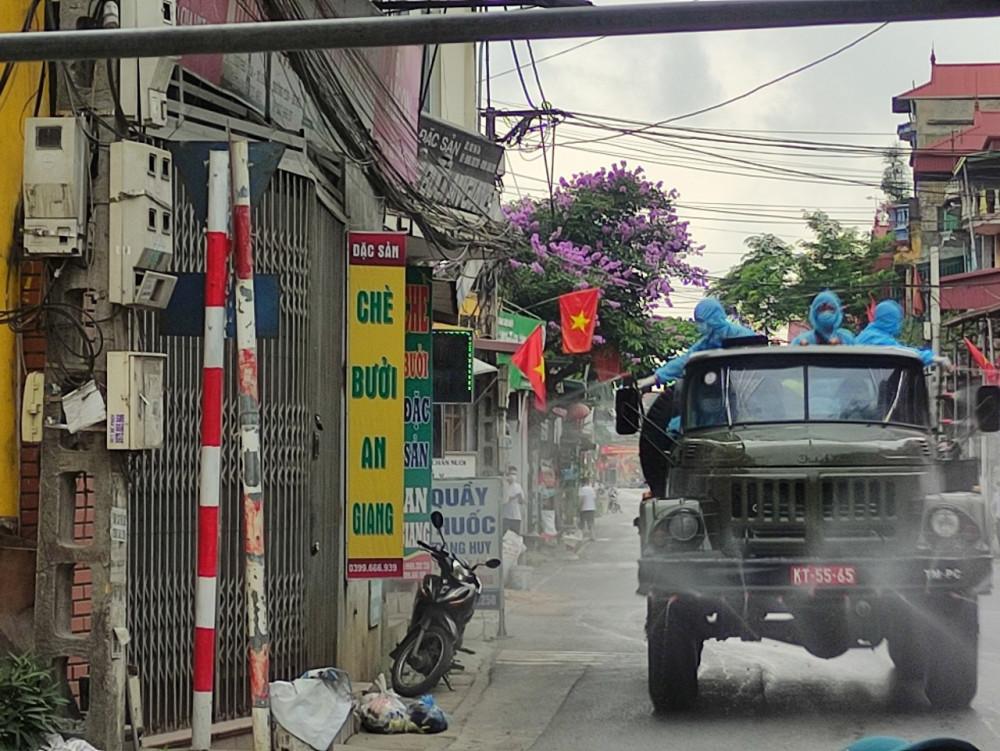 Lực lượng chức năng phun khử khuẩn hóa học tại ổ dịch ở Thường Tín