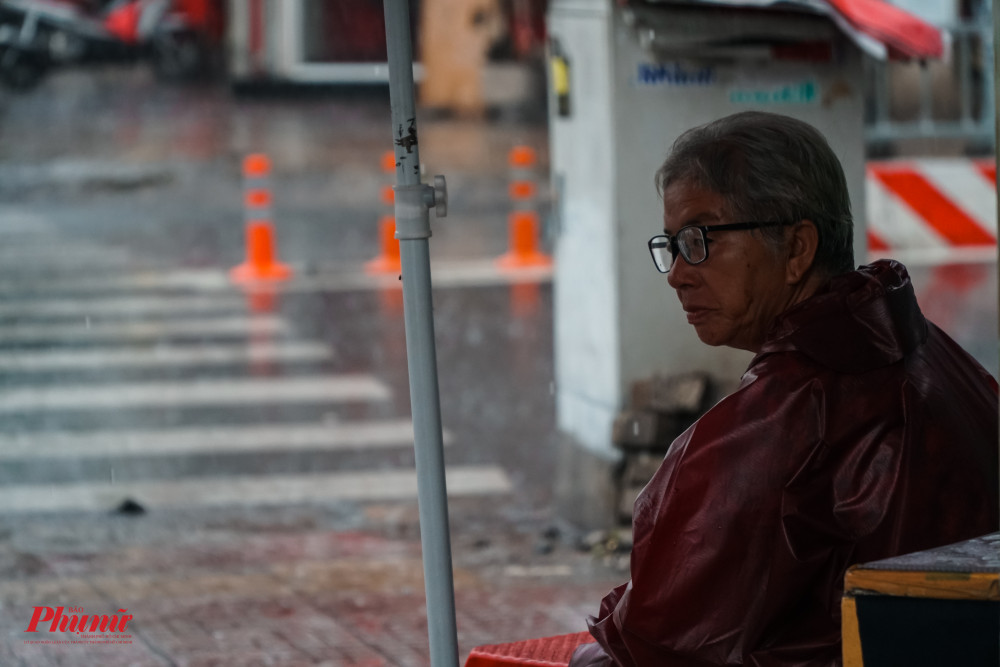 Mưa lớn, nhiều người dùng áo mưa đề giữ ấm