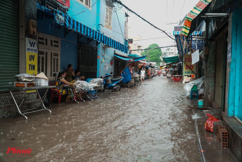 Mưa lớn kéo dài, khiến nhiều tuyến đường trong khu dân cư ngập nặng