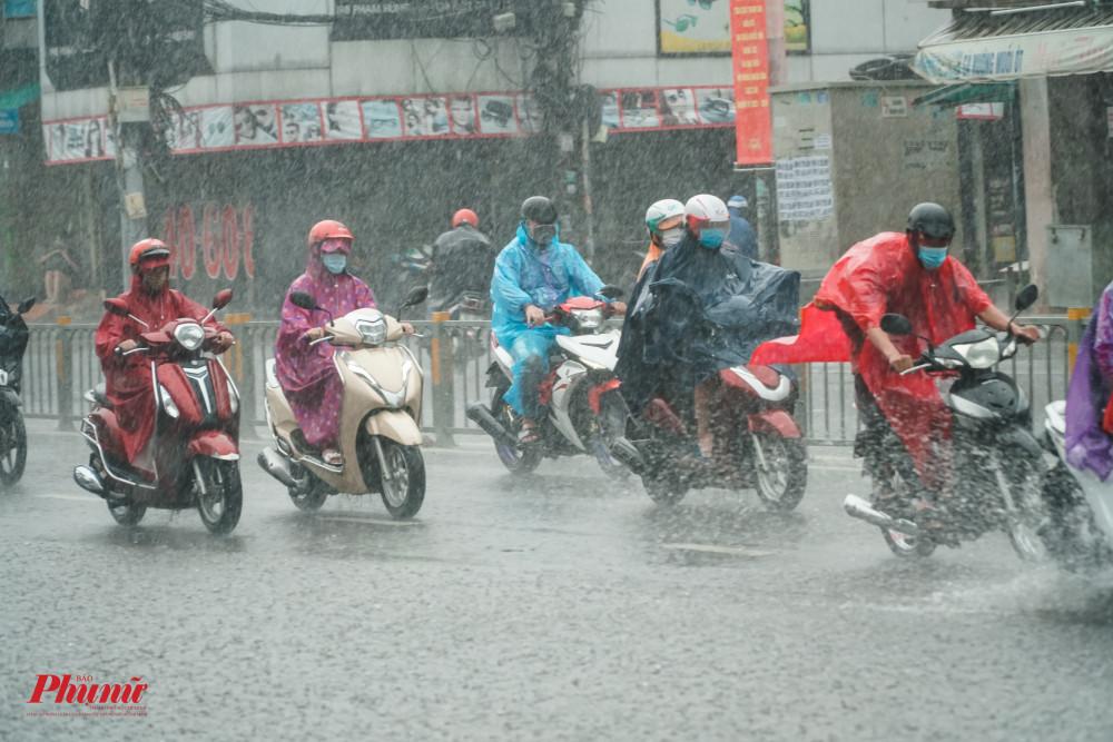 Tại các tuyến đường lớn, mưa lớn đầu tuần cũng đã giảm tình trạng kẹt xe vào sáng đầu tuần