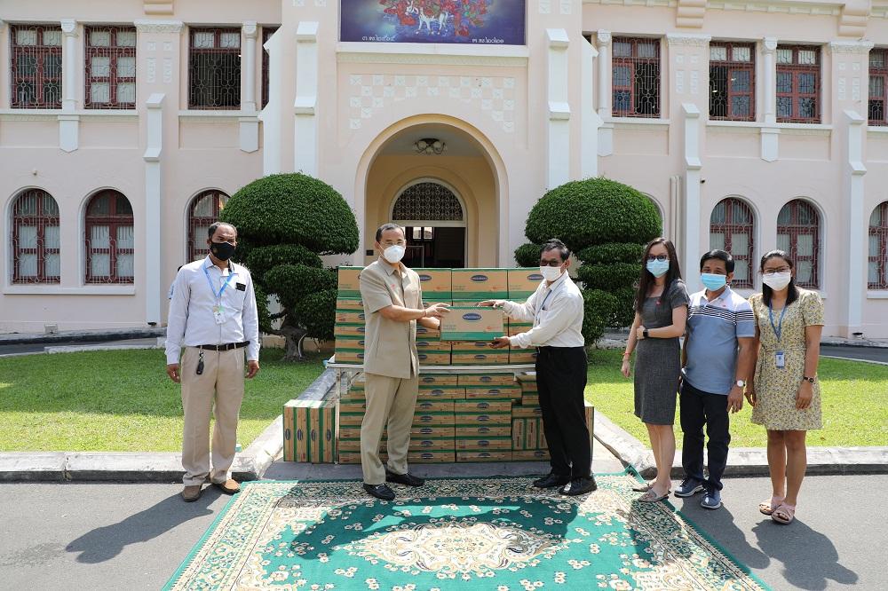 Đại diện nhà máy Angkormilk trao tặng sản phẩm cho đại diện chính quyền để giúp đỡ người dân thủ đô Phnôm Pênh. Ảnh: Vinamilk