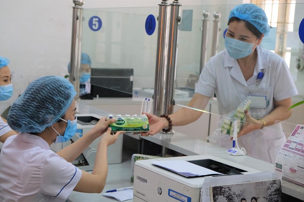Gần 100.000 sản phẩm, tương đương hơn 655 triệu đồng, đã được Vinamilk trao tặng đại diện Sở Y tế TP.Hà Nội. Ảnh: Vinamilk