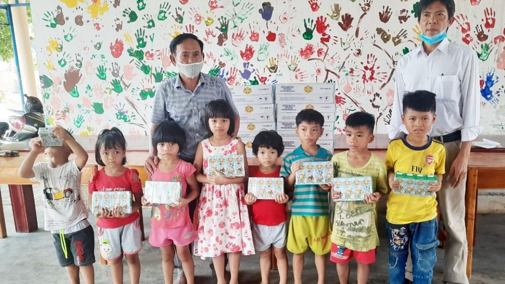 Năm 2021, 1,7 triệu ly sữa từ Quỹ sữa Vươn cao Việt Nam và Vinamilk sẽ đến với 19.000 trẻ em khó khăn. Ảnh: Vinamilk