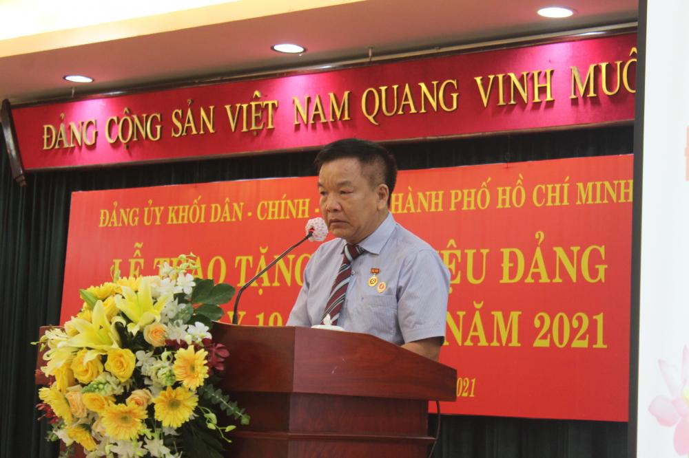 Ông Lê Đình Phú, nhận huy hiệu 45 năm tuổi Đảng, xúc động nhớ về đồng đội, khẳng định đã luôn nỗ lực phấn đấu xứng đáng với Đảng, với nhân dân, với đồng đội.