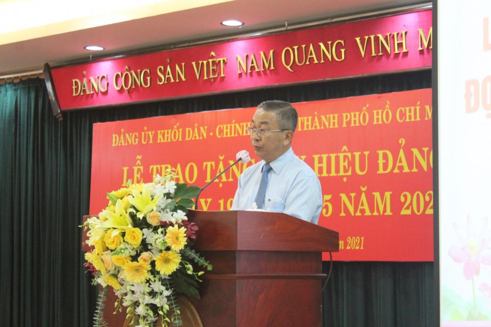 Bí thư Đảng ủy Khối Dân - Chính - Đảng TPHCM Võ Ngọc Quốc Thuận phát biểu chúc mừng các đảng viên nhận huy hiệu Đảng.
