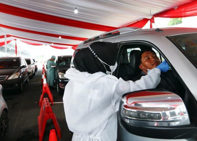 Indonesia sàng lọc triệu chứng COVID-19 đối với những du khách trở về sau ngày lễ Eid - Ảnh: Reuters