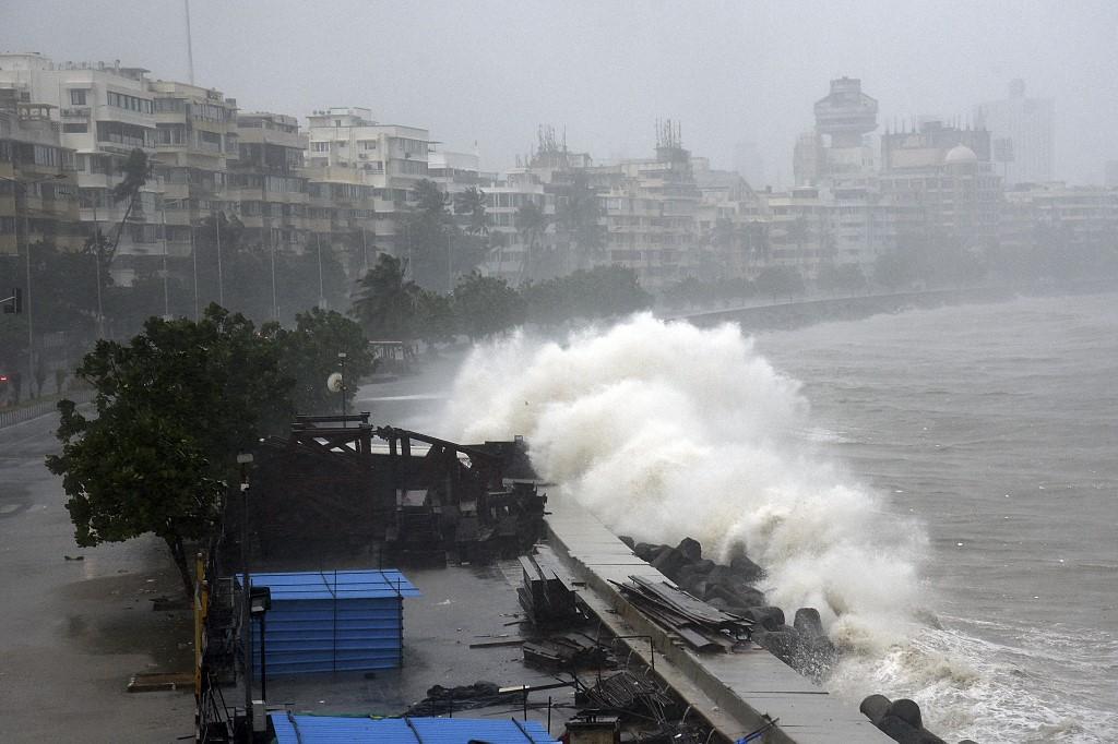 Trận bão Tauktae tạo thành nhiều con sóng lớn, tàn phá bờ biển Mumbai