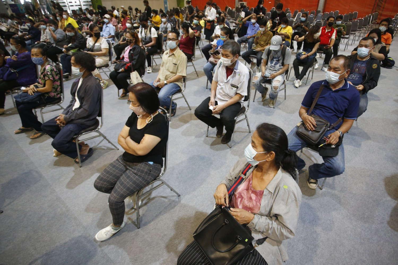 Người dân Thái Lan đang chờ để được tiêm vắc-xin ở thủ đô Bangkok - Ảnh: Anuthep Cheysakron/Associated Press