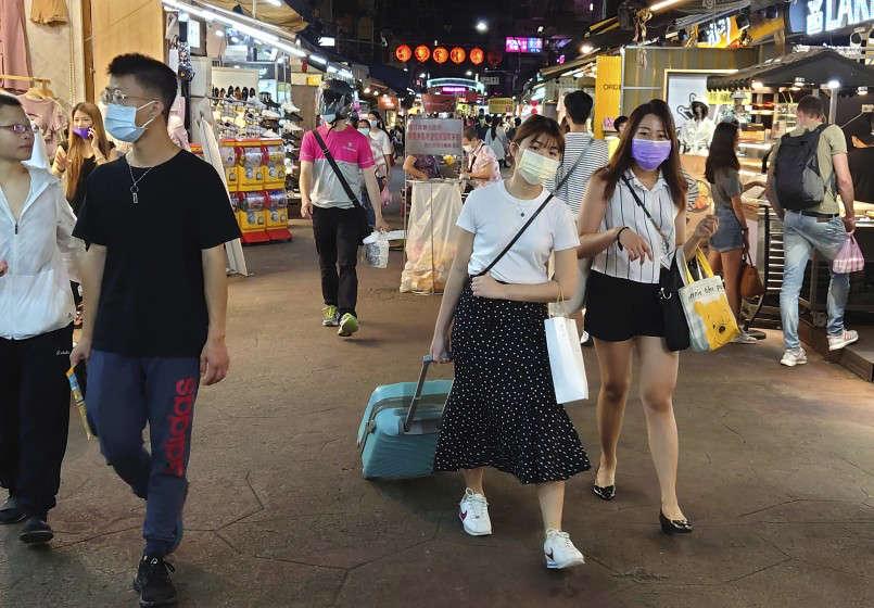 Người dân Đài Loan giờ đây phải thường xuyên đeo khẩu trang khi xuất hiện ở nơi công cộng - Ảnh: Chiang Ying-ying/Associated Press