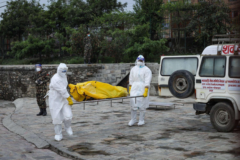 Số ca tử vong vì COVID-19 tăng lên không ngừng khiến một số nước châu Á đang rơi vào tình trạng mất kiểm soát - Ảnh: Niranjan Shrestha/Associated Press
