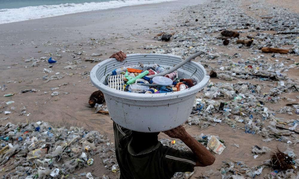 Sẽ mất rất nhiều thời gian để rác thải nhựa có thể phân hủy hết trong môi trường tự nhiên - Ảnh:msn