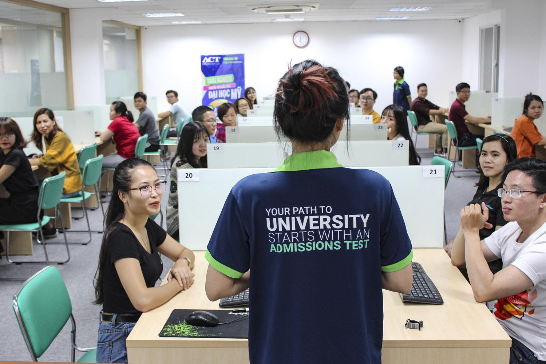 Nhiều thí sinh tham gia kỳ thi thử bài thi ACT tại Việt Nam. Ảnh: EMG-Education