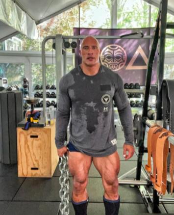 Dwayne 'The Rock' Johnson mặc quần đùi ngắn cũn cỡn ở phòng tập.
