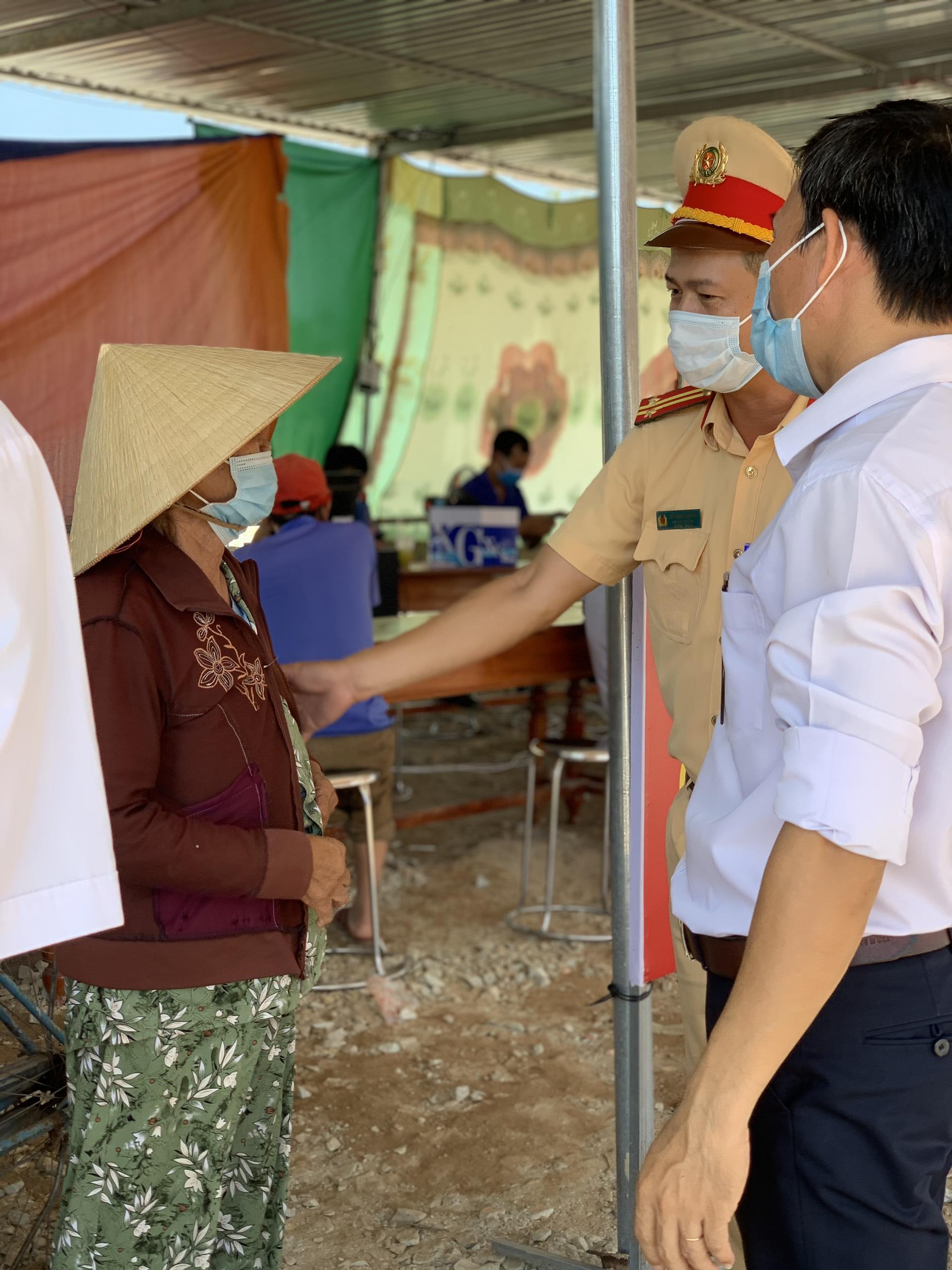 Lực lượng chức năng có mặt tại chốt kiểm dịch cảm ơn mệ (bà) Sừng