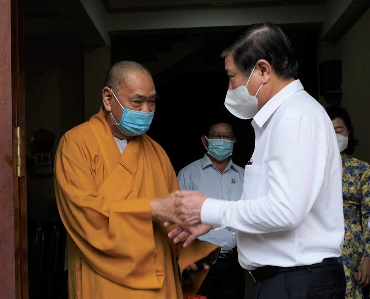 Chủ tịch UBND TPHCM Nguyễn Thành Phong và đoàn cán bộ TP thăm hòa thượng Thích Thiện Pháp