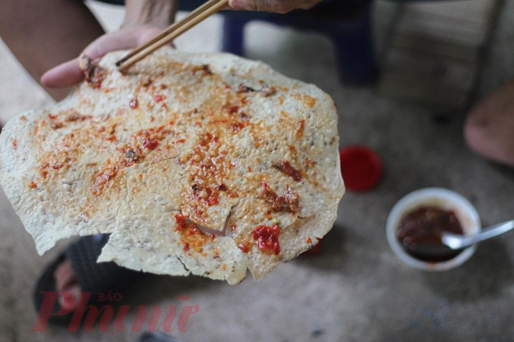 Bánh tráng nướng chín, trét thêm một lớp mắm cái, nướng lại trên than, hương thơm bay xa đến mức một nhà ăn, cả làng biết.