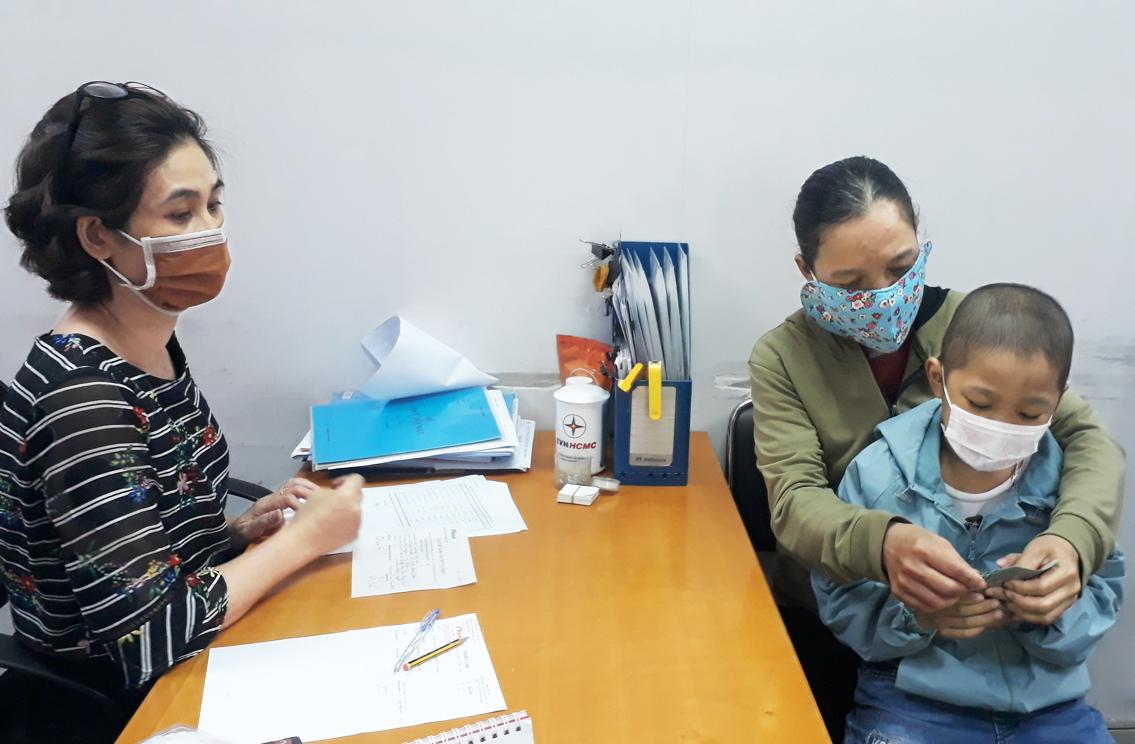 Chị Nguyễn Thị Thủy xúc động khi nhận được sự hỗ trợ từ bạn đọc Báo Phụ Nữ TP.HCM - ảnh: thu lê