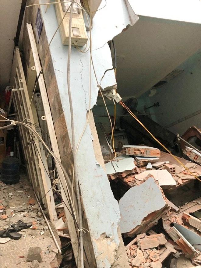 Căn nhà bị sập có kết cấu trệt + lầu (sàn bê tông giả + gỗ)