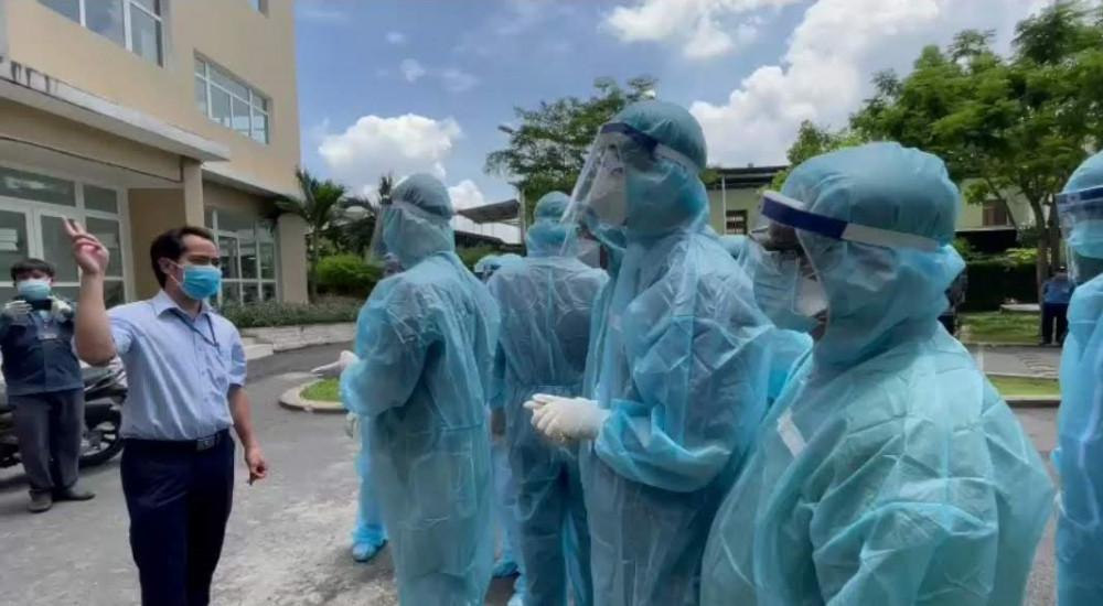 Lực lượng y tế đến phun xịt khử khuẩn và phong tỏa một phần chung cư Sunview town (Hiệp Bình Phước, Thủ Đức) sáng 18/5/2021