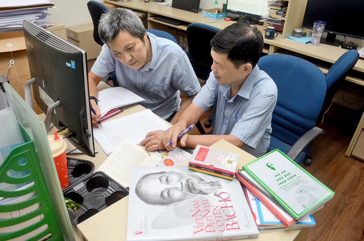 Anh Đào Đức Thiện (phải) và An Huy, hai trong những biên tập viên theo suốt hành trình tủ sách  Di sản Hồ Chí Minh - Ảnh: Phùng Huy