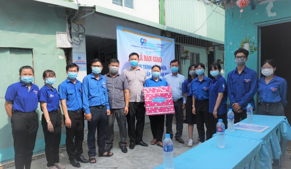 Lễ khởi công sửa chữa chống dột nhà tình thương cho hộ Nguyễn Thị Xu. Ảnh: EVNHCMC