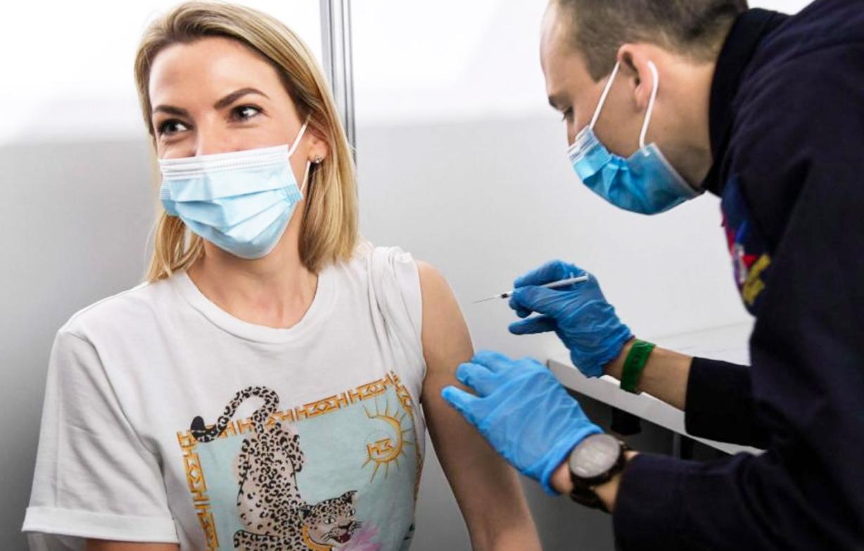 Kéo dài khoảng thời gian giữa mũi tiêm thứ nhất và thứ hai sẽ giúp nhiều người nhận được liều vắc-xin đầu tiên hơn -Ảnh: AFP