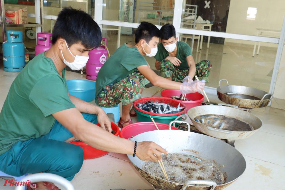 Để công dân yên tâm trong quá trình cách ly, cán bộ, chiến sĩ Bộ Chỉ huy Quân sự tỉnh tổ chức nấu ngày 3 bữa ăn (sáng, trưa, tối) đều đầy đủ rau xanh, canh, thịt, cá.