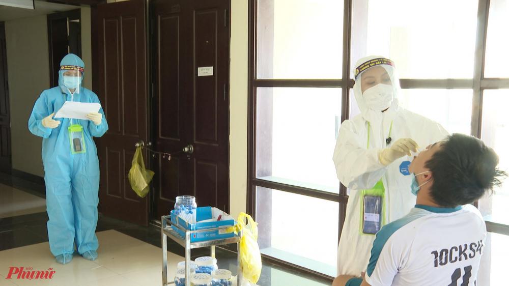 đến thăm khu cách ly T4, tại Trường nghiệp vụ thuế, xã Phú Thượng, huyện Phú Vang, tỉnh Thừa Thiên Huế đúng vào lúc đội ngũ y bác sĩ Trung tâm y tế huyện Phú Vang đang lấy mẫu xét nghiệm Covid cho 139 công dân cách ly ngày thứ 14 và đi các phòng nắm tình hình sức khỏe cho trên 530 công dân cách ly