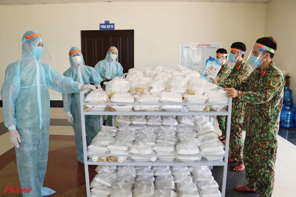 Sau khi thức ăn được thu xếp xong, sẽ được chuyển lên từng phòng cho công dân