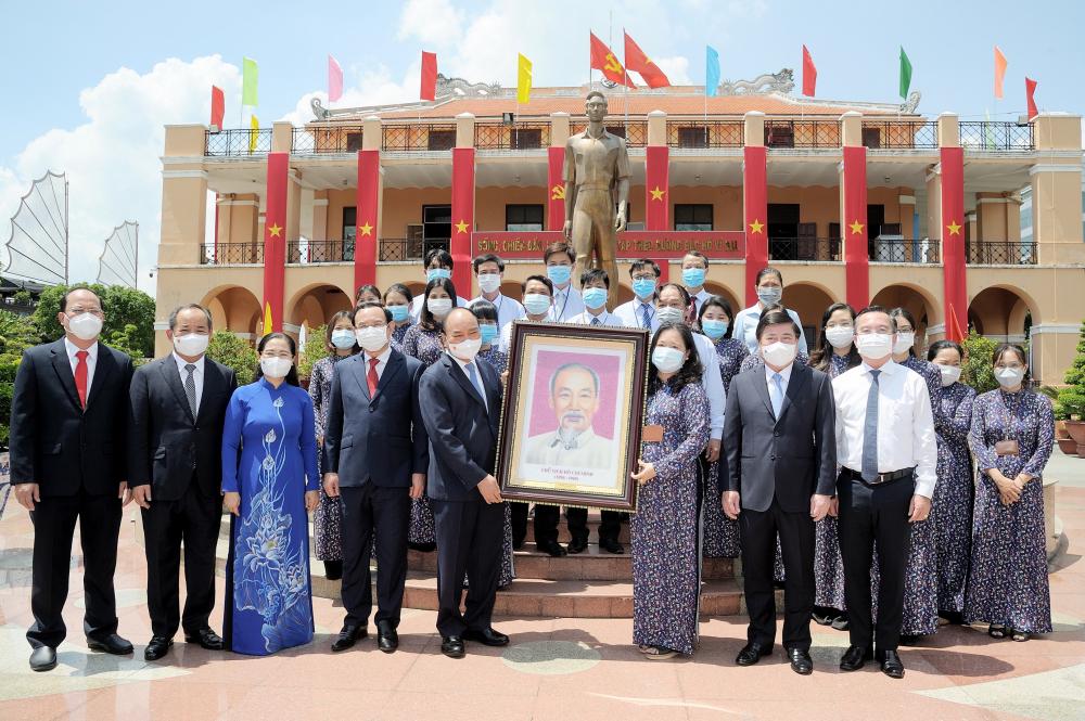 Chủ tịch nước Nguyễn Xuân Phúc tặng bức chân dung Chủ tịch Hồ Chí Minh cho Bảo tàng Hồ Chí Minh - Chi nhánh TPHCM.
