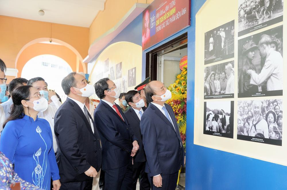 Các đại biểu xem triển lãm về hình ảnh Chủ tịch Hồ Chí Minh với điện ảnh Việt Nam. Ảnh: Quốc Thanh.