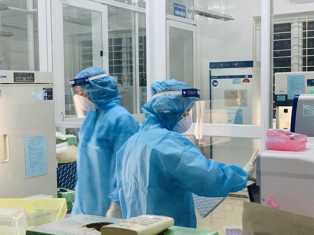 Phòng xét nghiệm COVID-19 của CDC Bắc Giang làm việc hết công suất.