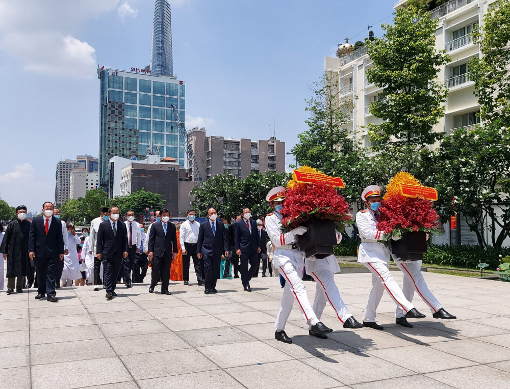 Nghi thức dâng hoa tại Tượng đài Chủ tịch Hồ Chí Minh.