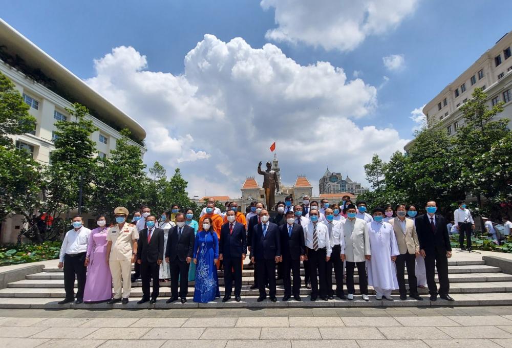 Các đại biểu chụp ảnh lưu niệm cùng Tượng đài Chủ tịch Hồ Chí Minh.