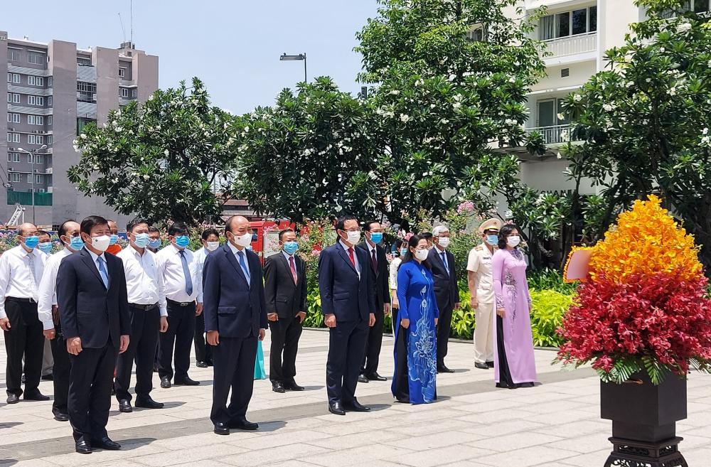 Các đại biểu chuẩn bị thực hiện nghi thức dâng hoa Chủ tịch Hồ Chí Minh.