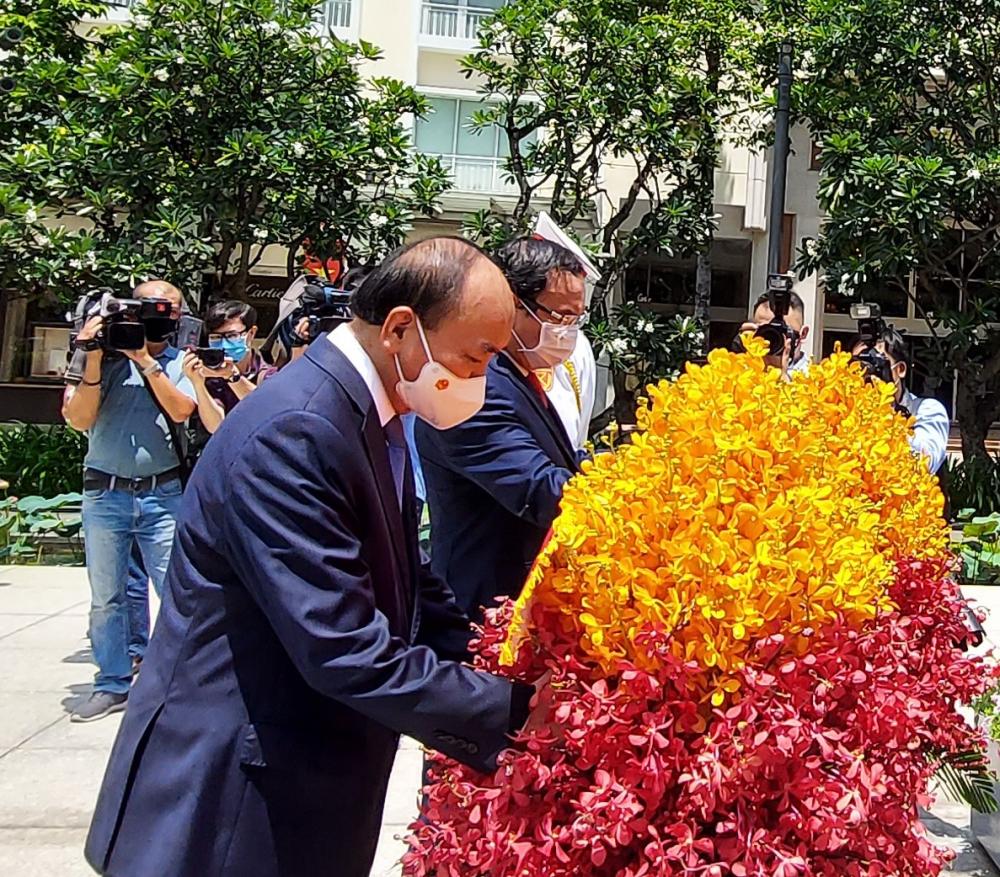 Chủ tịch nước Nguyễn Xuân Phúc và Bí thư Thành ủy TPHCM Nguyễn Văn Nên chỉnh trang lẵng hoa kính dâng Bác.