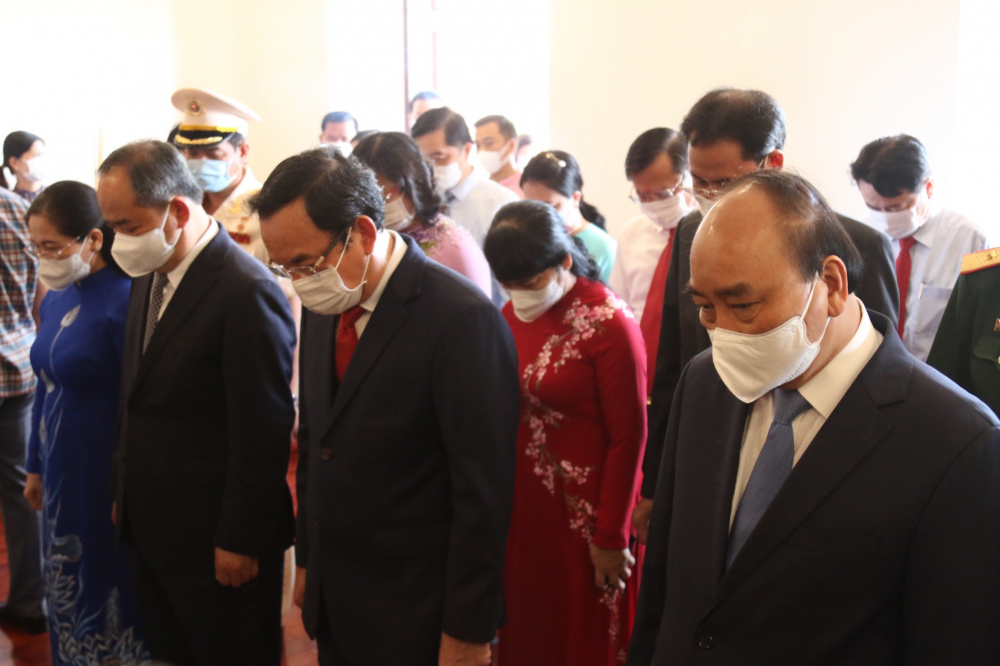 Các đại biểu mặc niệm tưởng nhớ Chủ tịch Hồ Chí Minh.