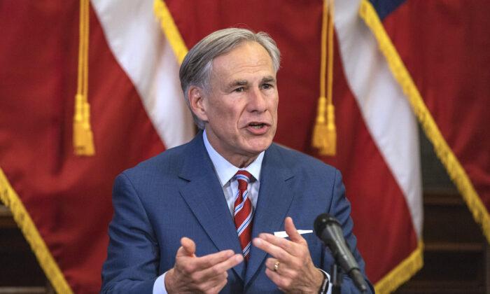 Thống đốc Texas cấm chính quyền địa phương và trường học yêu cầu đeo khẩu trang – Ảnh: CNN