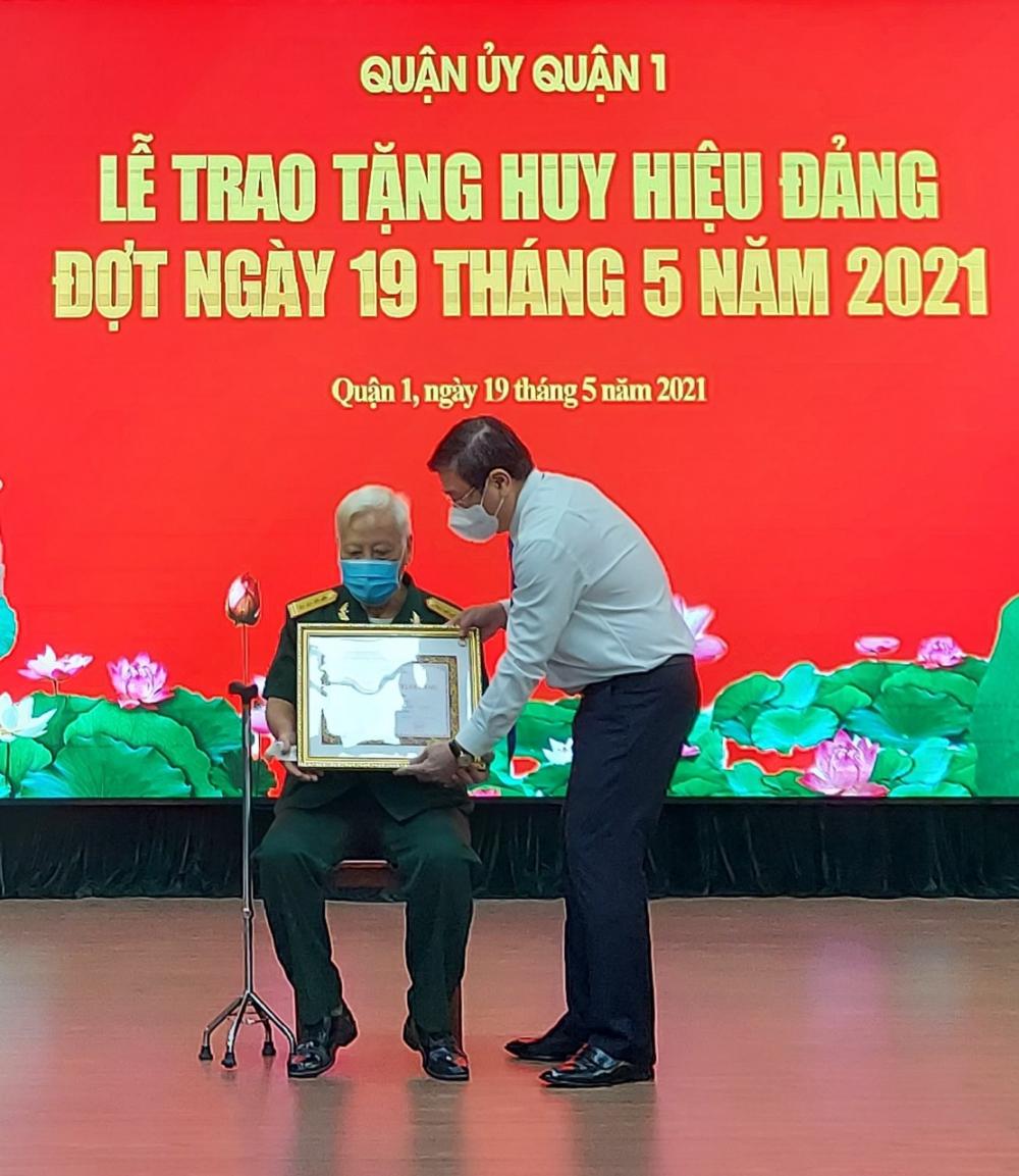 Chủ tịch UBND TPHCM Nguyễn Thành Phong trao huy hiệu 65 năm tuổi Đảng.
