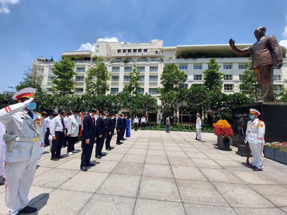 Một phút tưởng niệm công lao to lớn của Chủ tịch Hồ Chí Minh cho sự nghiệp cách mạng của dân tộc.
