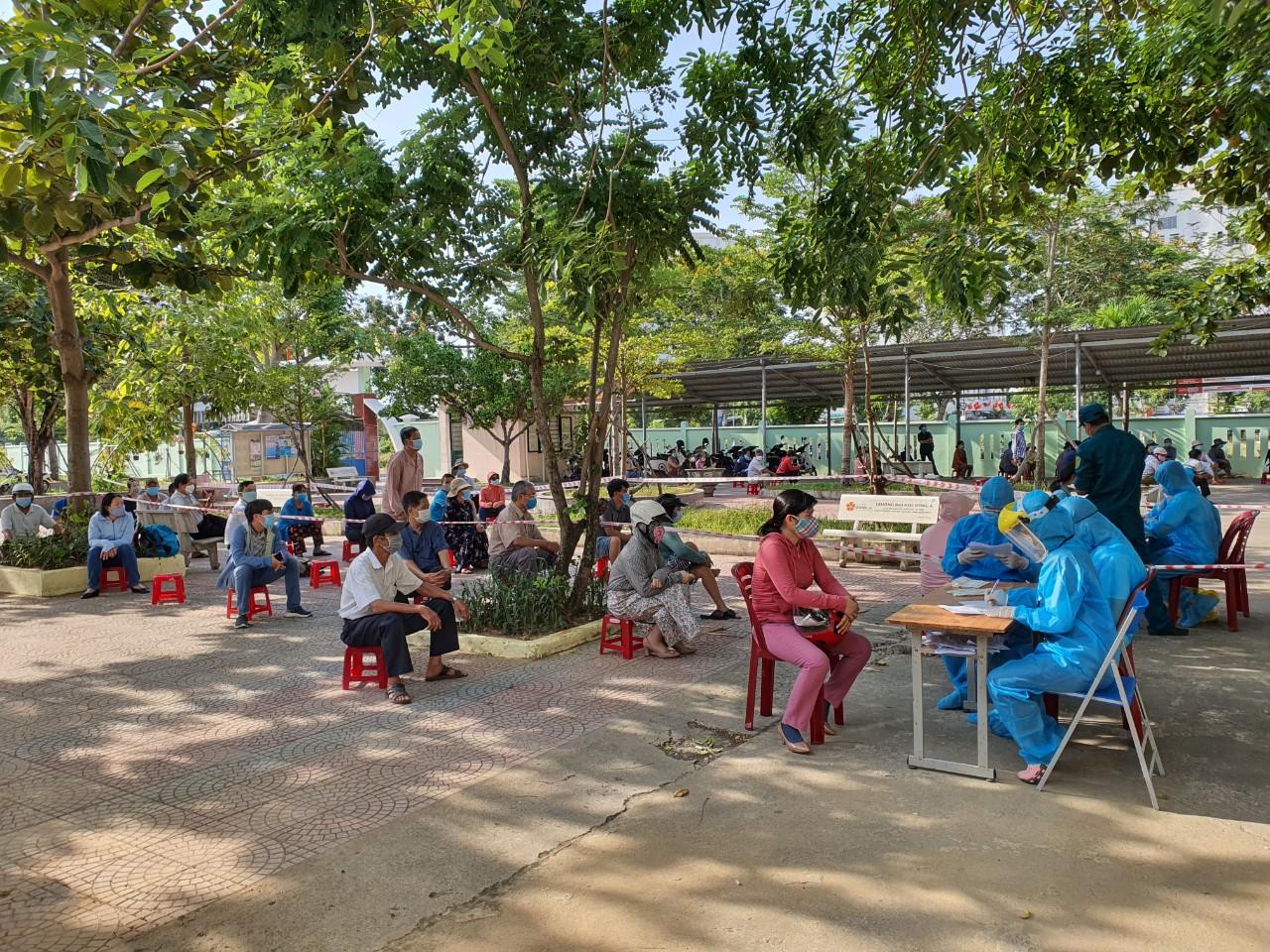 Đà Nẵng lấy mẫu diện rộng đại diện hộ gia đình tại quận Cẩm Lệ sáng 18/5