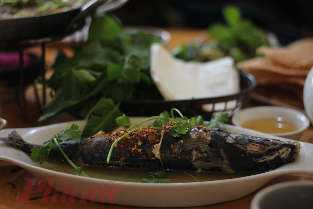 Cá nục hấp bánh tráng là một trong những món bán chạy ở Đo Đo.