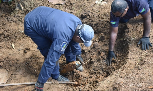 Lực lượng cảnh sát quần đảo Solomon đã được gọi đến để xử lý vật liệu nổ và loại bỏ 101 quả đạn nổ cao 105mm của Mỹ khỏi khu vực này. Ảnh: RSIPF