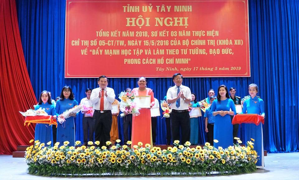 Già làng nhận bằng khen của tỉnh uỷ Tây Ninh - Ảnh Hồng Thắm