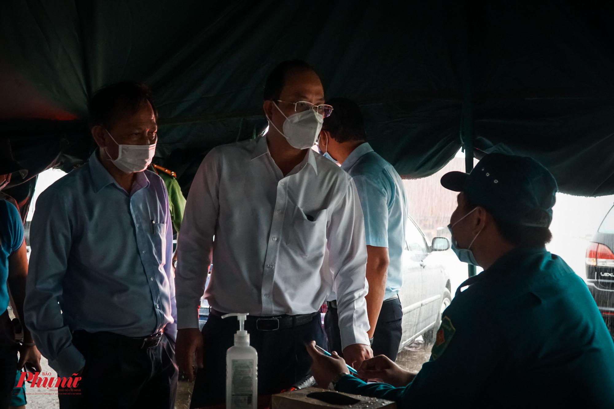 Ông Nguyễn Hồ Hải – Phó Bí thư Thành ủy TPHCM trực tiếp trao đổi, kiểm tra lực lượng làm nhiệm vụ