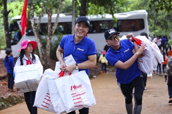 Nghệ sĩ Quang Thảo (trái) trong chuyển đi Đắk Nông tháng 4/2019